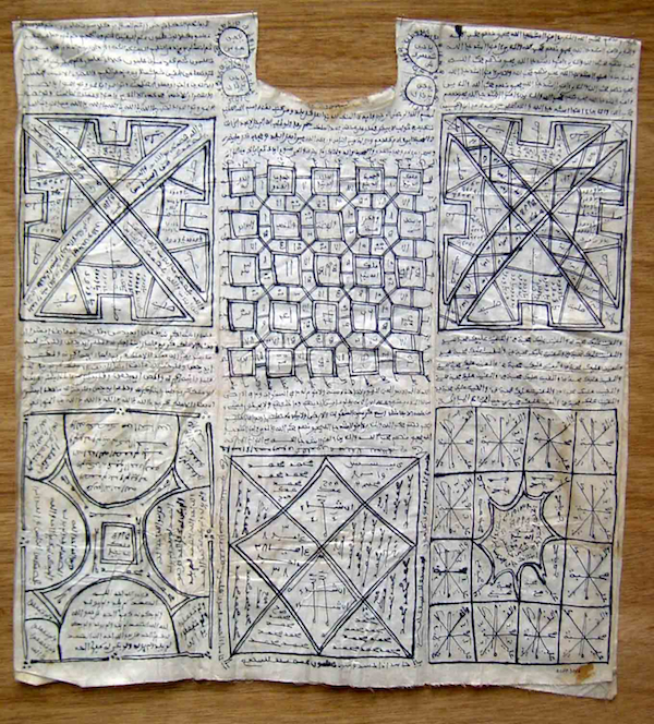 Tunique à écritures talismaniques apparentes (ALEP03016)